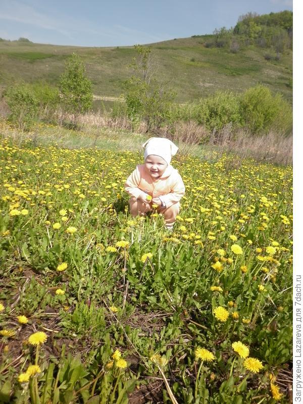 Доченька помогает маме выращивать цветочки