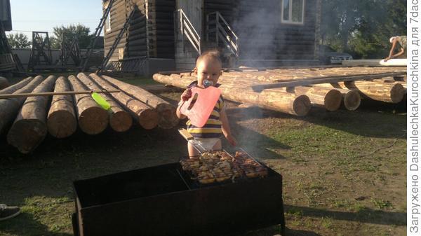 Артем следит, чтобы жара в мангале было вдоволь, чтобы получились вкусные шашлычки!