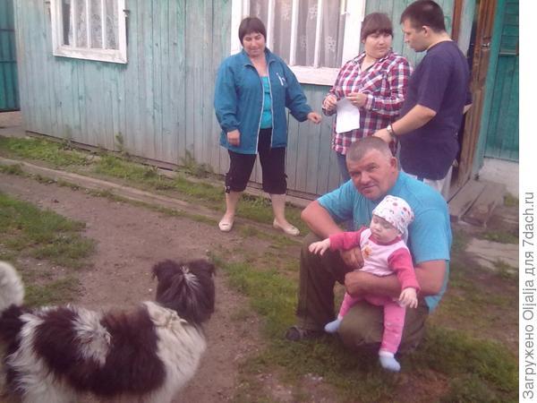 с дедом и бабой кормим собачку