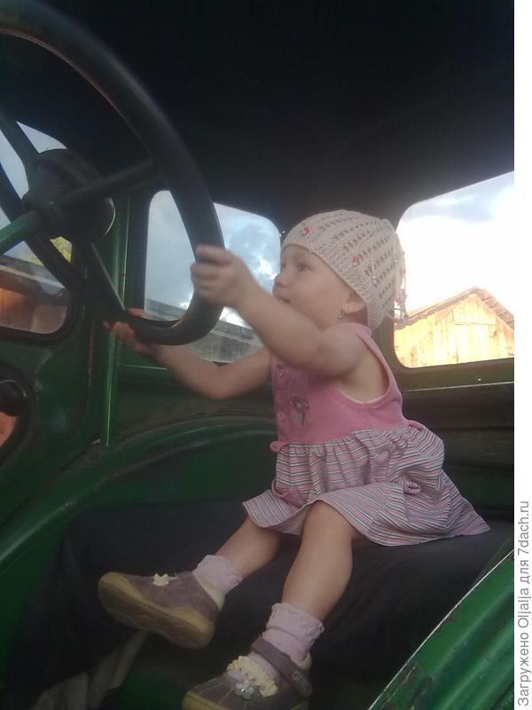 ребенок в тракторе у деда