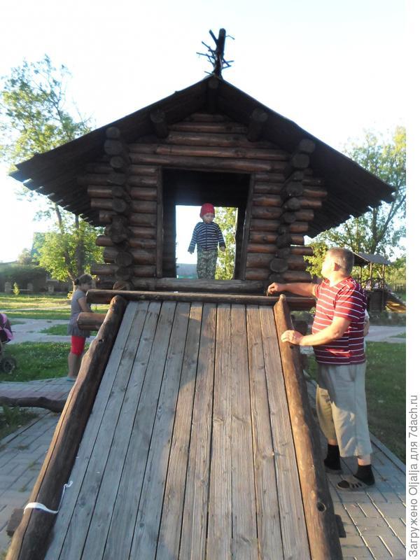 с дедой в домике,который он построил для меня