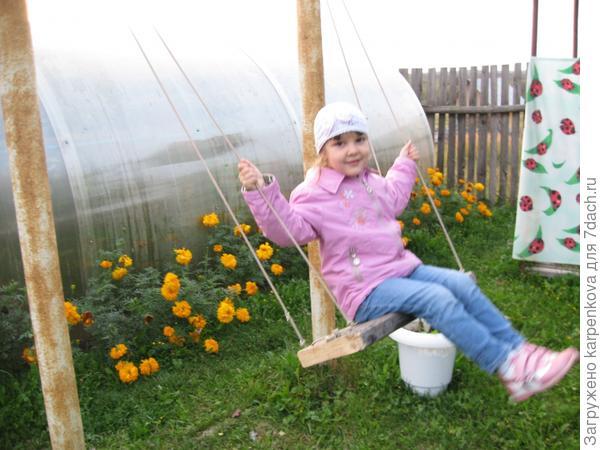 Ей нравится качаться на качелях,сделанных дедушкой.