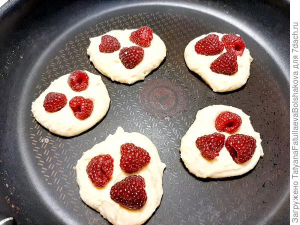 Творожные панкейки с малиной. Пошаговый рецепт приготовления с фото