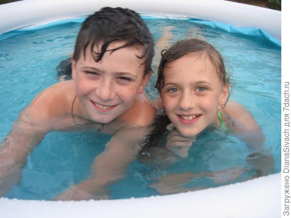 дети плескаются в бассейне