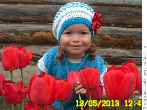 девочкв среди тюльпанов
