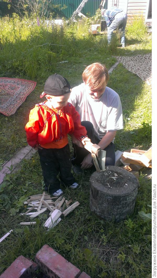 Арсюша рубит дрова