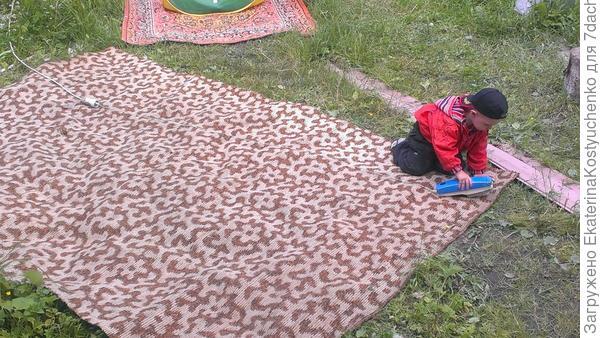 Арсюша чистит коврик