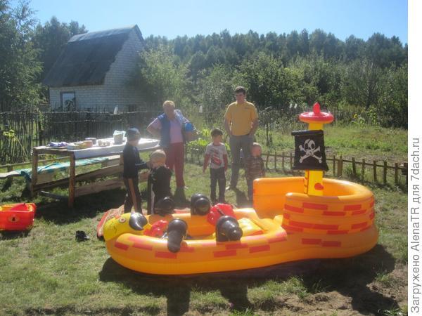 Дети приехали на дачу на пиратсукую вечеринку