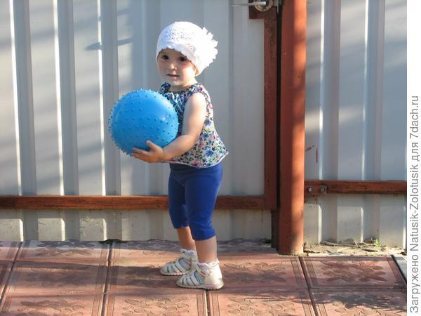 Настенька играет в мяч