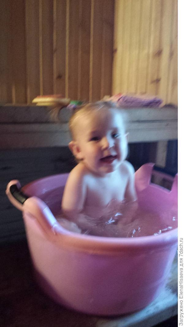 Дети обожают купаться в бане