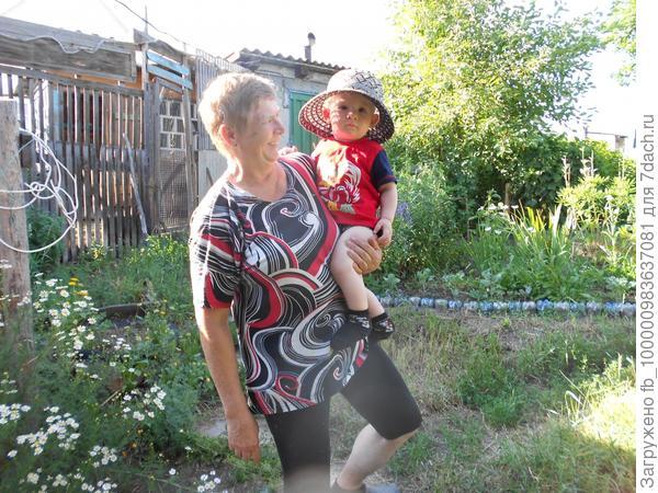 С бабушкой готов к прополке.Максим,10 месяцев
