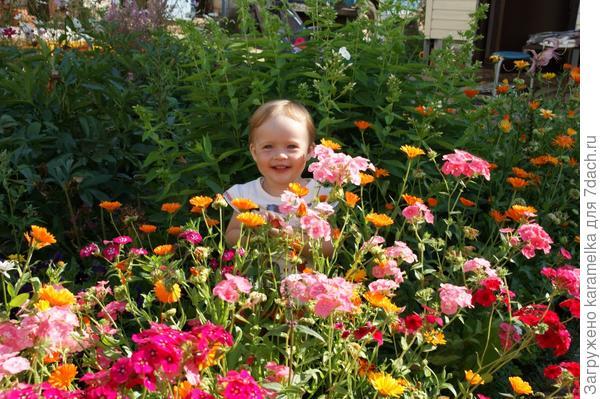 В цветнике-мамин цветочек!
