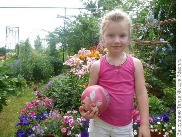"""И мы любим поиграть в мяч. """"Мама спокойно, цветы не пострадают!"""""""