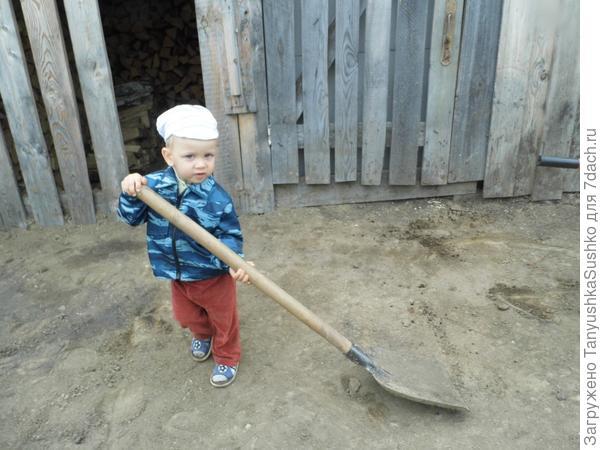 Помощник с лопатой