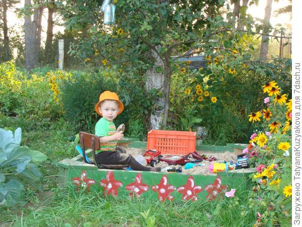 Наш старший сыночек Никитка очень любит ездить на дачу. Особенно радуется играм на песочнице, сделанной папой с любовью. Никитке сейчас 2 годика. Он уже знает все свои дачные обязанности и с удовольствием их выполняет: собирает ягодки, поливает цветочки.