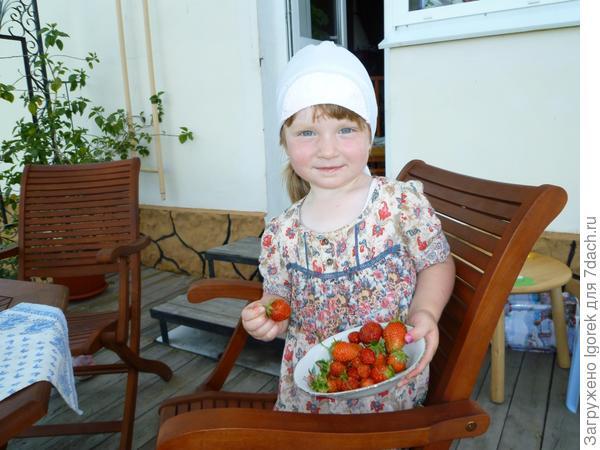 Маша с клубникой