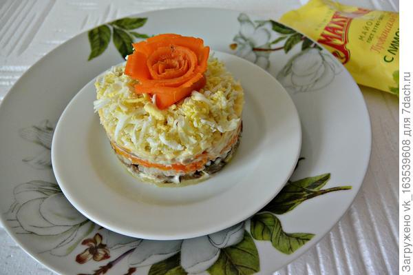 Новый слоеный салат — вместо традиционного оливье и селедки под шубой
