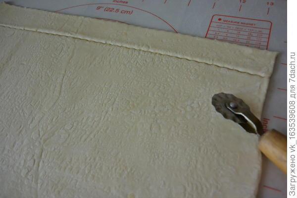 Розочки из слоеного теста с колбаской - пошаговый рецепт приготовления с фото