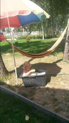 Наш малыш купается и наслаждается теплым летним солнышком.