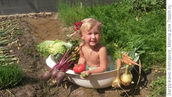 Младшая Доченька Поля сидит в замечательной, а главное полезной овощной ванне.
