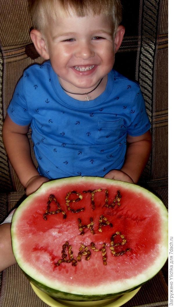 Наш сыночек Матвей с арбузиком нашего урожая