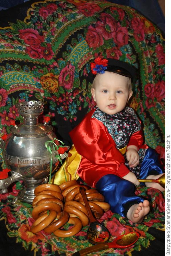 Денис в русско-народном костюме