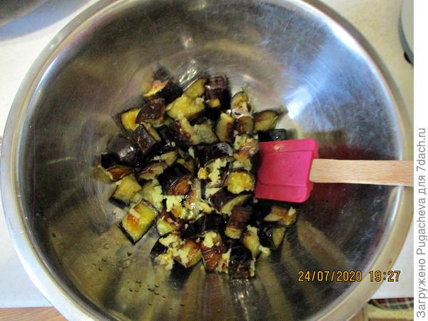 Салат с жареными баклажанами, помидорами и сладким перцем. Пошаговый рецепт приготовления с фото