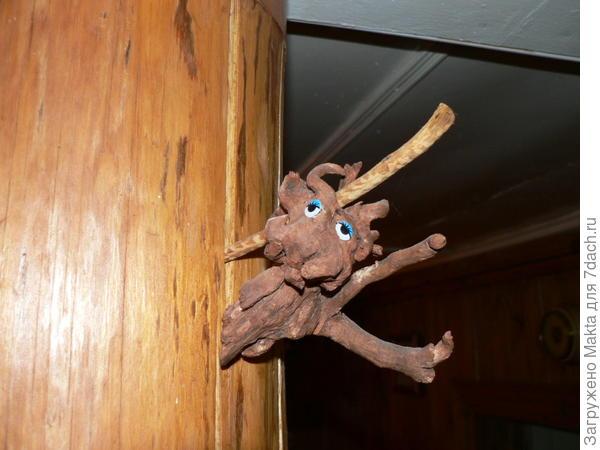 Домовенок на столбе-подпорке балки