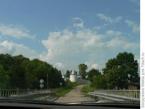 Вид с моста на монастырь