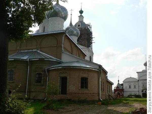 Надвратная Троицкая церковь