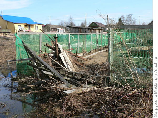 Сломан забор у соседа, затоплен участок навозной жижей