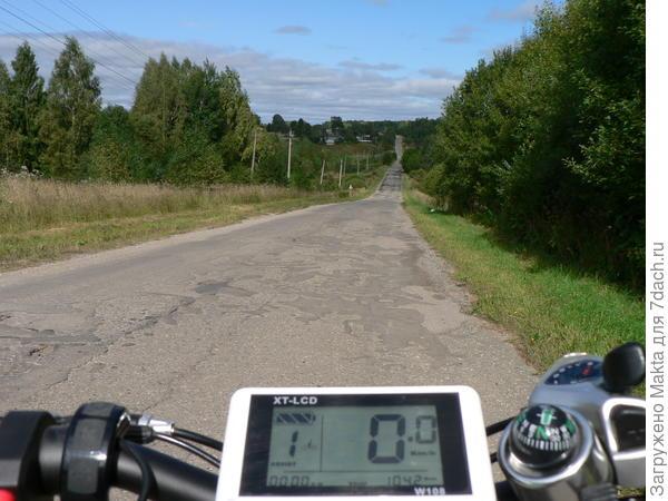 По этой пустынной дороге от дома нам ехать 9 км