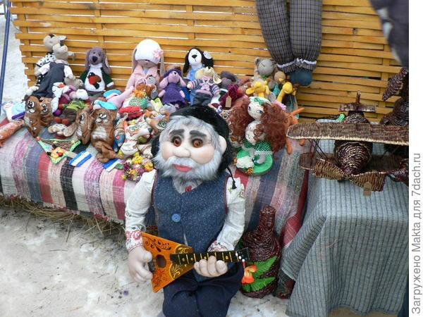 Кукла у стенда