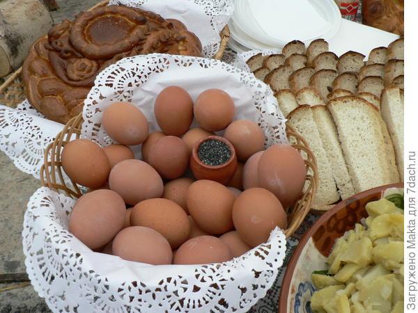 И, конечно, соль костромская чёрная четверговая. Непременно к отварным яйцам и картофелю