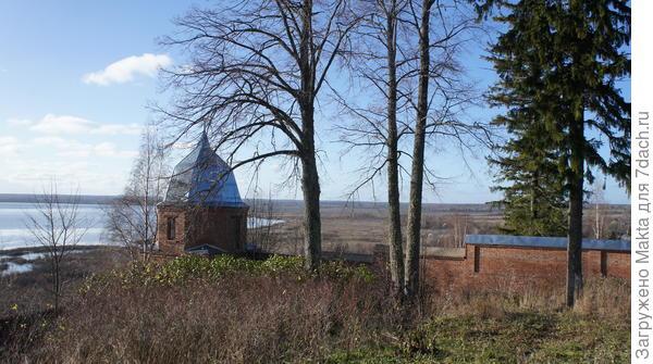 Одна из восстановленных угловых башен