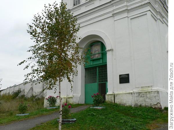 Вход в монастырь. Над ним колокольня