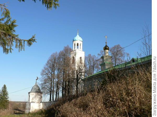 С внешней стороны под надвратной Никольской церковью