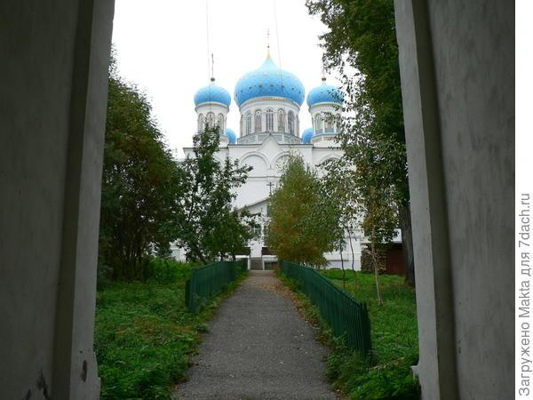Главный вход под колокольней