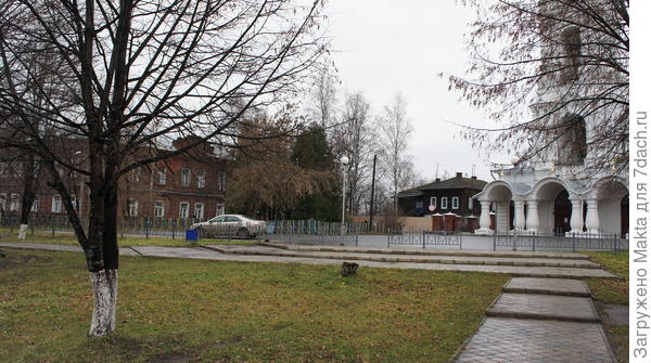 Слева земская больница
