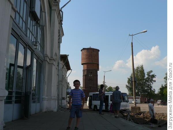 Вход в вокзал. На заднем плане - старая водонапорная башня