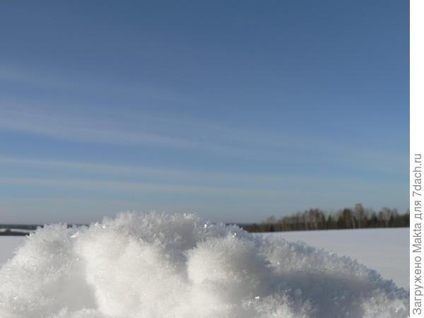 Кристаллы снега на обочине