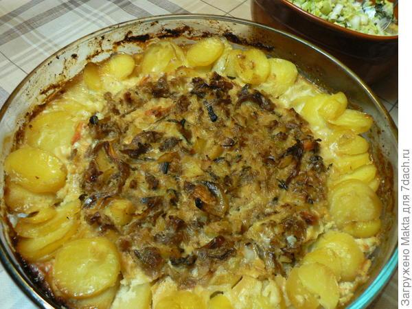 Запеченый в духовке картофель с квашеной капустой и грибами
