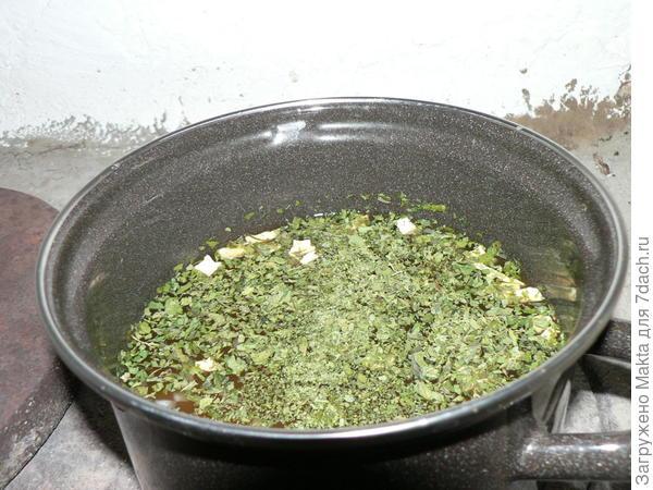 Кастрюля с супом на печке, сушеная сныть добавлена в начале варки.
