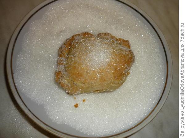Обваливаем готовые пирожные в сахаре горячими.
