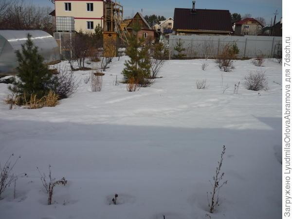 В саду еще снег.