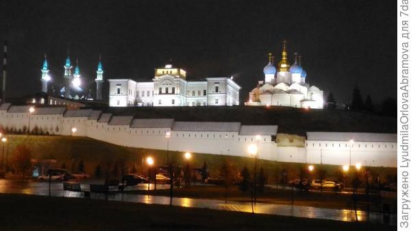 Через дорогу - Казанский кремль.