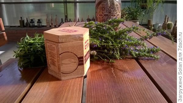 в этой коробочке - сушеный эстрагон. На зиму мне хватит.