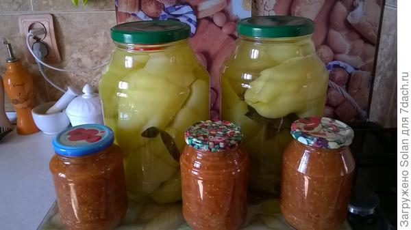 обрезки от перчиков перекрутила с помидорами , проварила и закрыла. Зимой для лазаньи пойдет в соус.