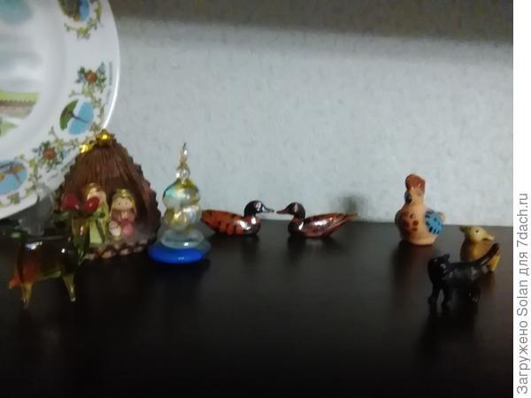 Тарелки из Венеции, цветная фигурка-муранское стекло, приобретенное там же, шишка- из Ватикана, кошка-из Таганрога, овечка - с фестиваля казачьей песни в станиче Старочеркасская, глинянная свистулька- из станицы Вешенская, уточки- символ верности , подарила мама, коза- тоже от мамы, эм....в честь моего эм.....непреклонного характера!))))))))))