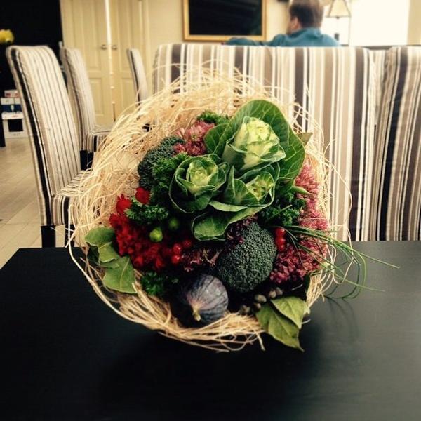 Брокколи, петрушка, кинза, укроп, лук, салат, ягоды калины, инжир и лавровый лист. Фото с сайта https://vk.com/o_horosho